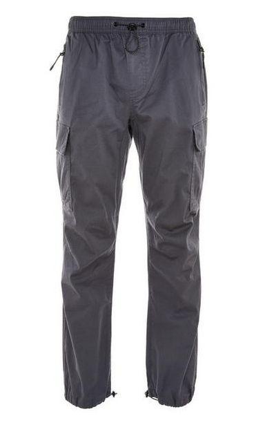 Pantalon cargo gris léger resserré à la cheville offre à 18€